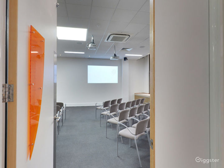 Bright and Airy Earth Meeting Room in London Photo 4