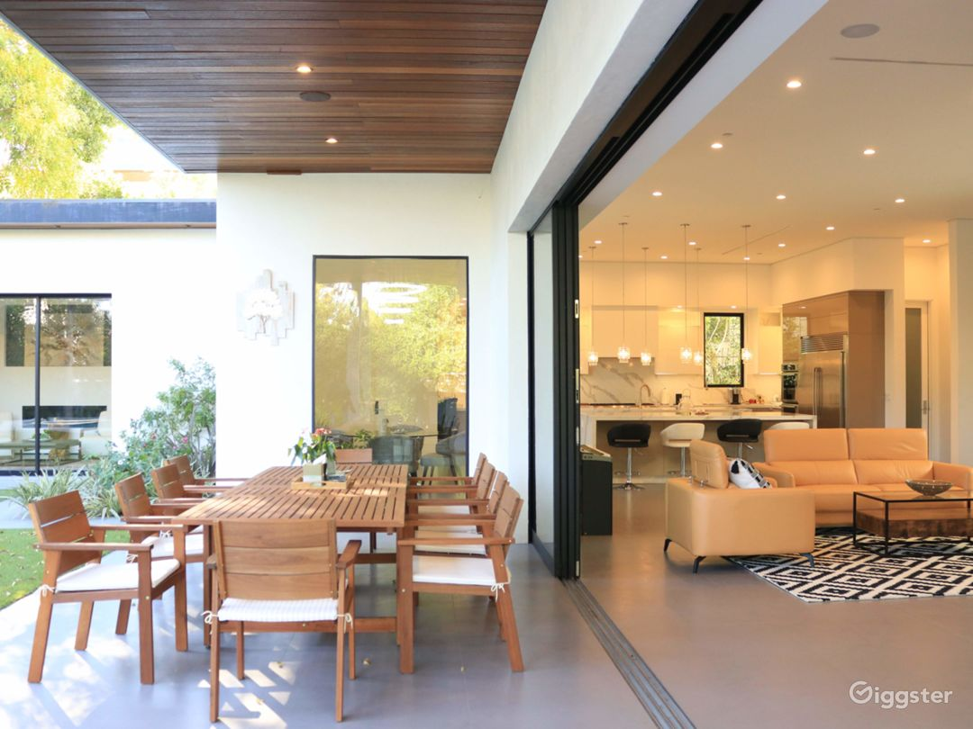 Extraordinary Modern House for Any Events Photo 2