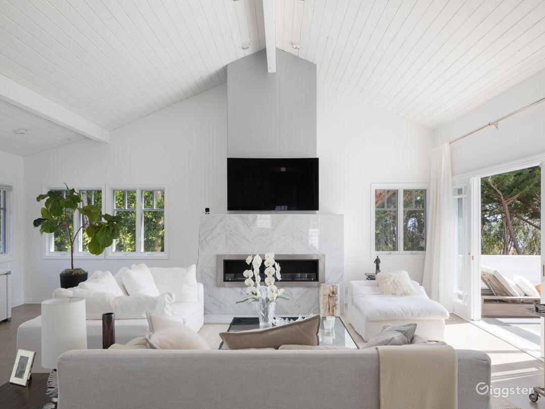 Living=room with ocean vies, high ceilings