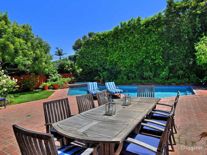East Coast Traditional with lush private yard/pool Photo 2