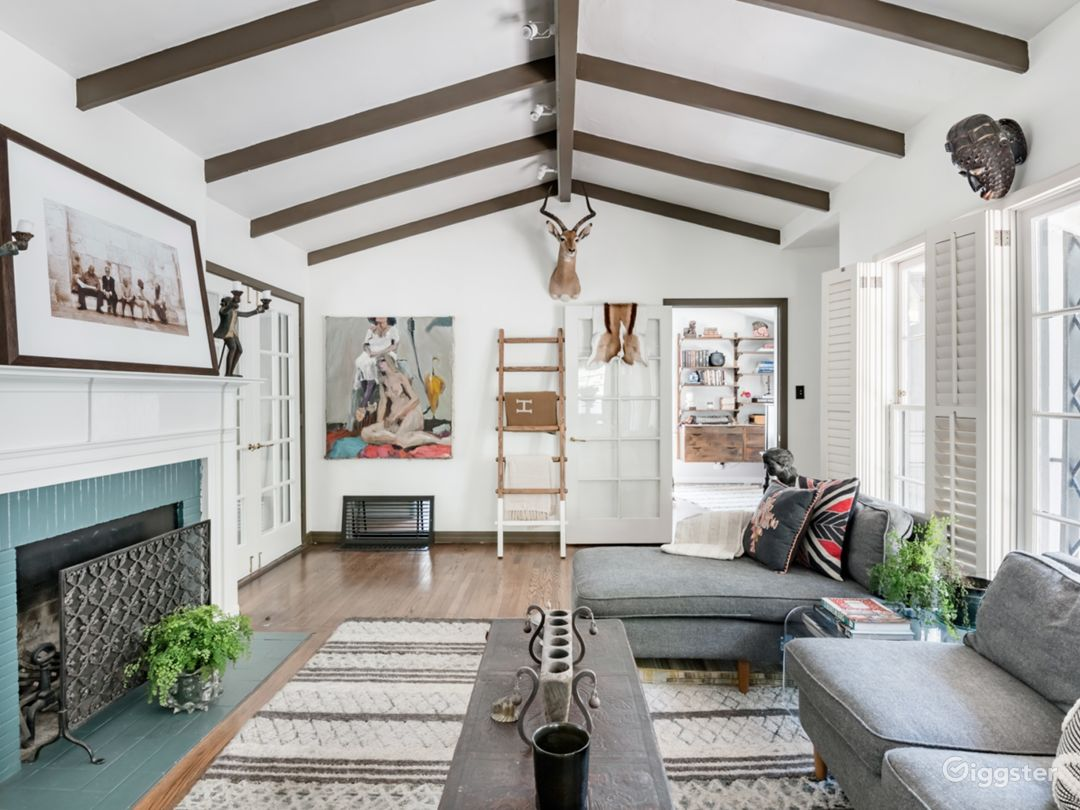 Vaulted ceilings, working brick fire place