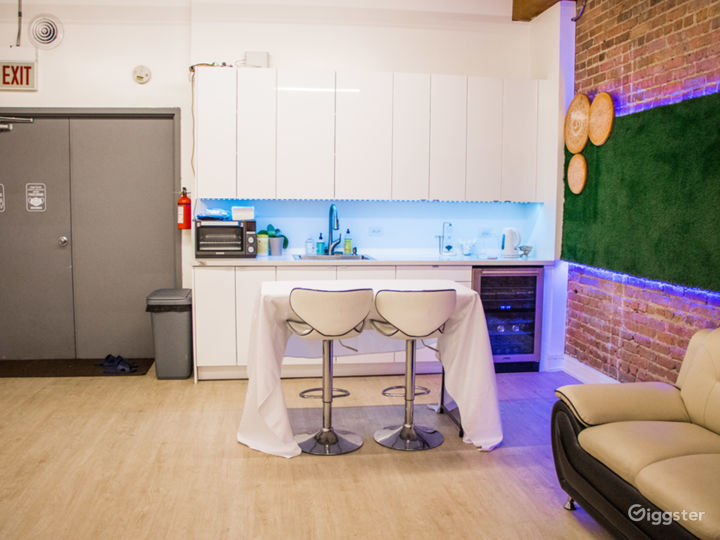 Beautiful Classic Lofty Lounge with Kitchenette in West Loop Chicago - Best for Filming, Production, Photoshoots, Meetings Photo 3