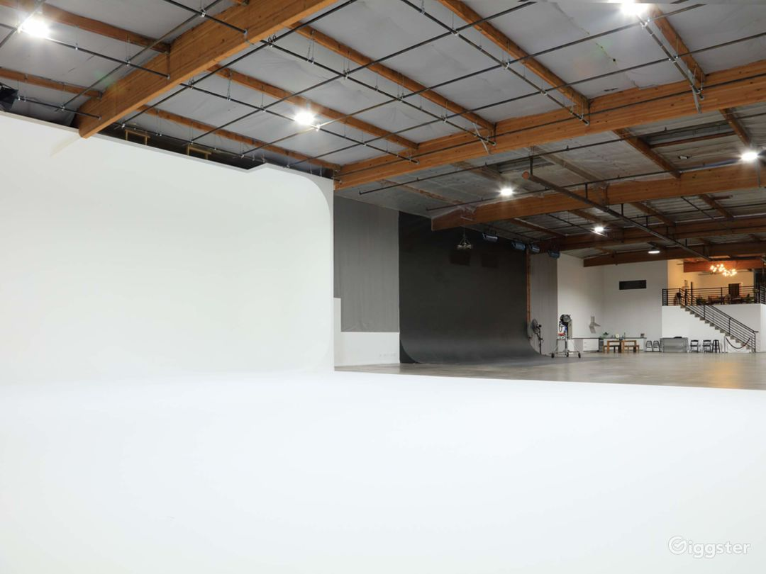 Large Pillarless Shooting Stages With Grids - 3 Cycloramas