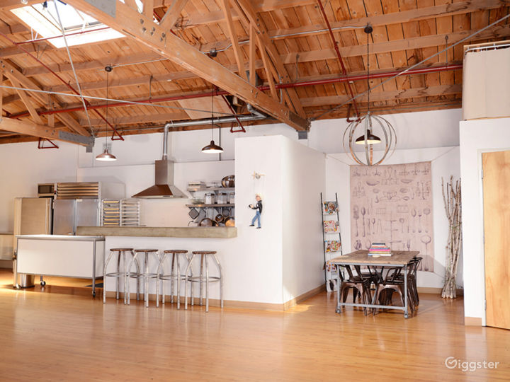 Rare Boutique Studio With Industrial Kitchen! Photo 4