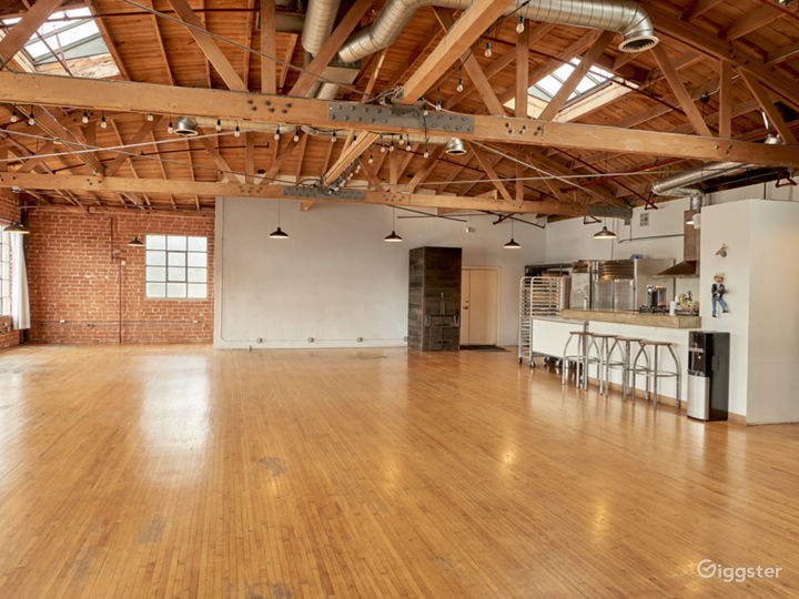 Rare Boutique Studio With Industrial Kitchen! Photo 3