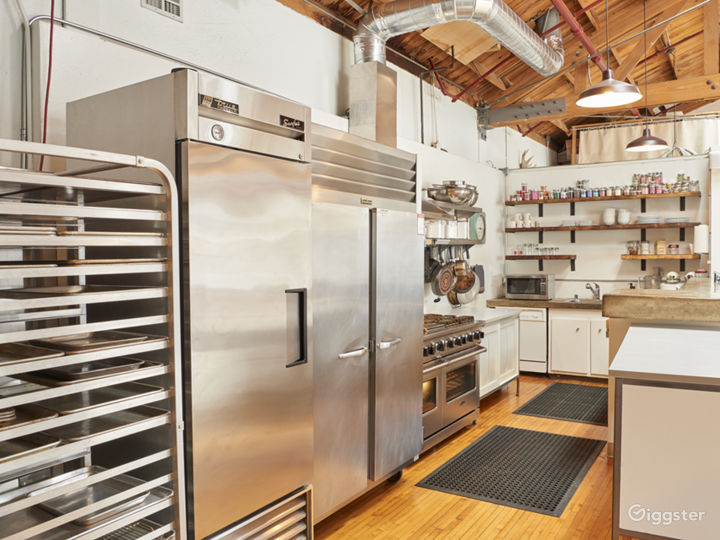 Rare Boutique Studio With Industrial Kitchen! Photo 5