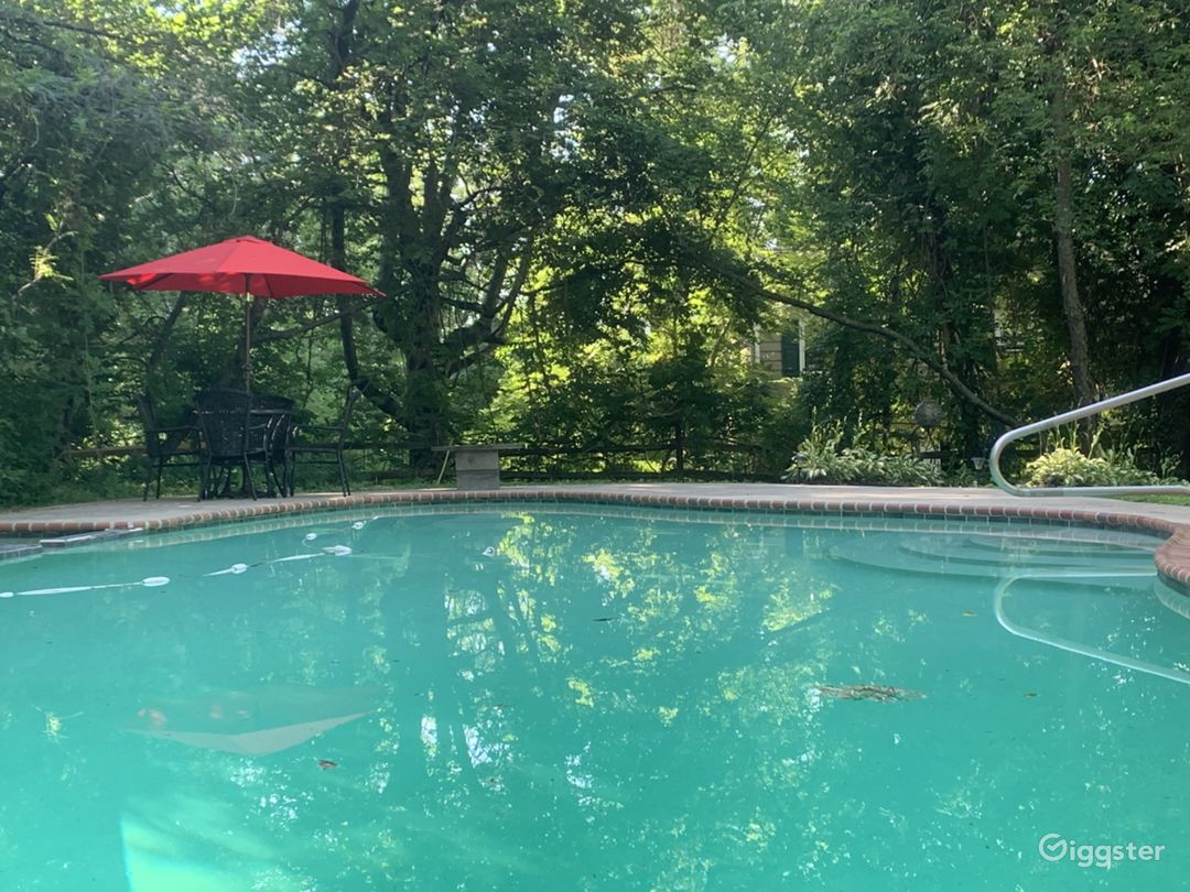 Poolside-jump in