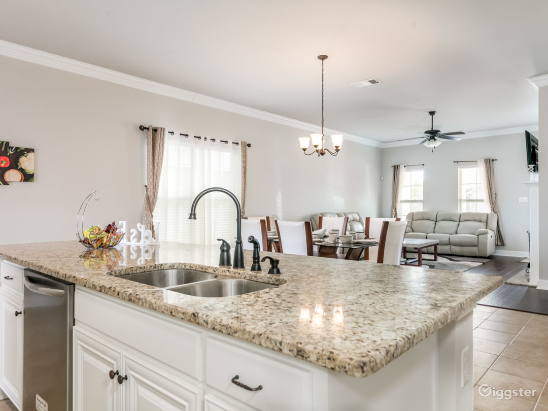 Comfortable Luxury, Modern and Spacious home! Photo 1