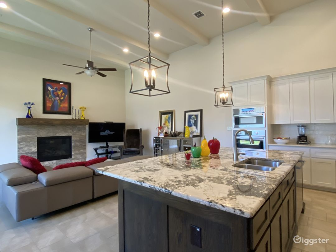 Modern new bright open space inviting house  Photo 1