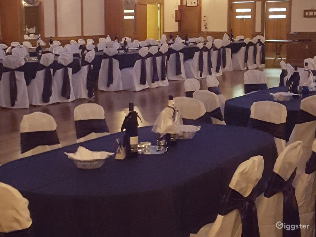 Warm and open banquet hall Photo 3