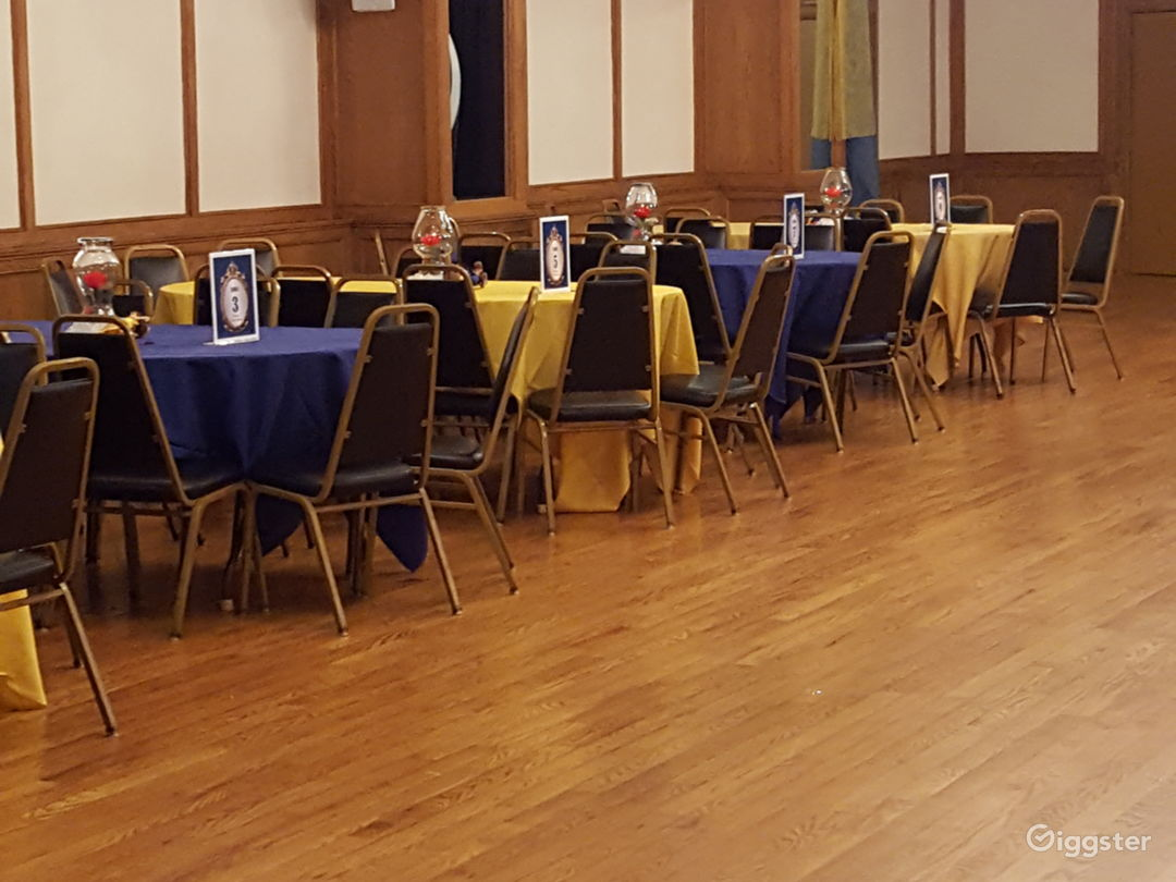 Warm and open banquet hall Photo 2