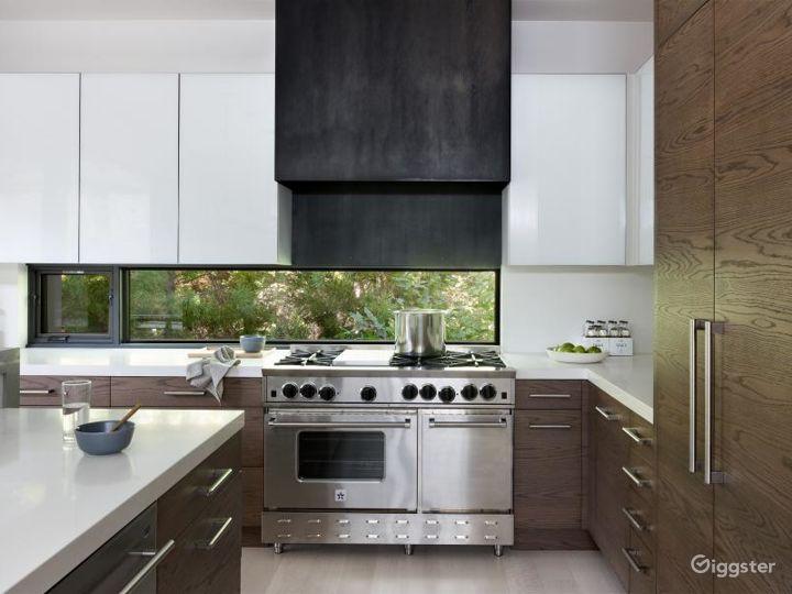 Upscale modern Hamptons home: Location 5119 Photo 5