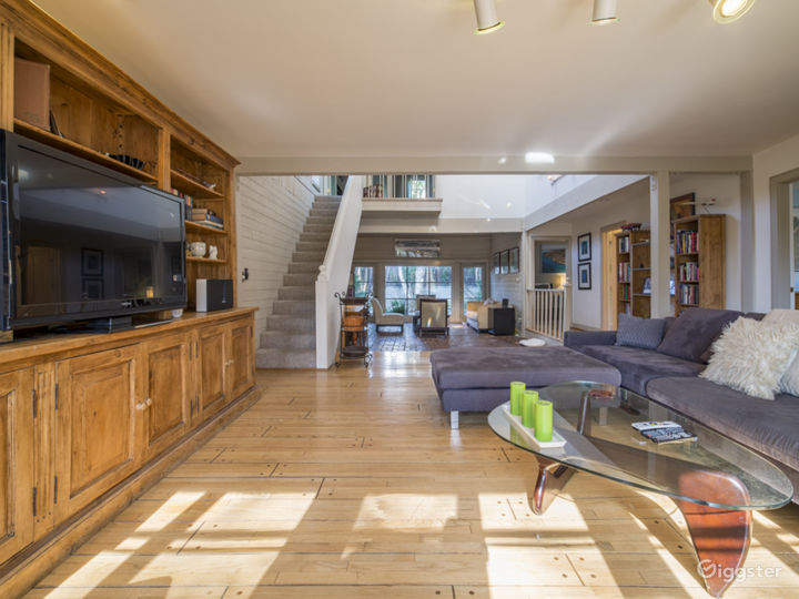 Spacious Home: High Ceilings, Marbled Bathroom Photo 2