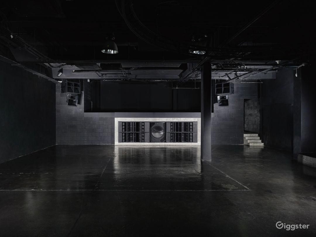 Elegant Black Studio in London Photo 1