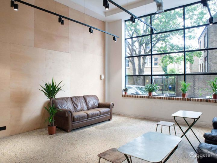 Bright Versatile Space with High Ceilings & Big Windows in London Photo 2