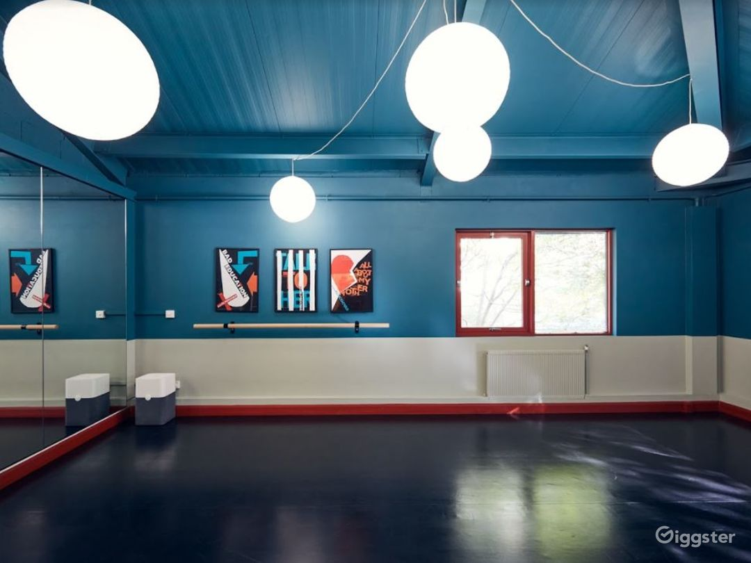 Playful and luminous space with full size mirrors Photo 1