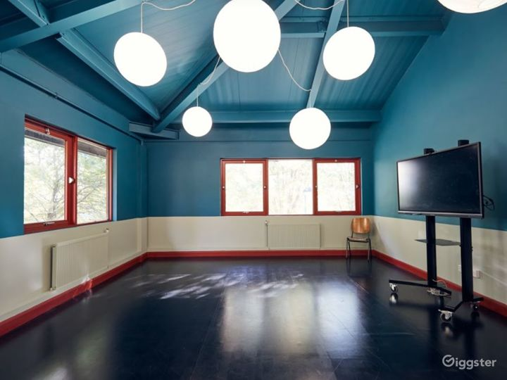 Playful and luminous space with full size mirrors Photo 2