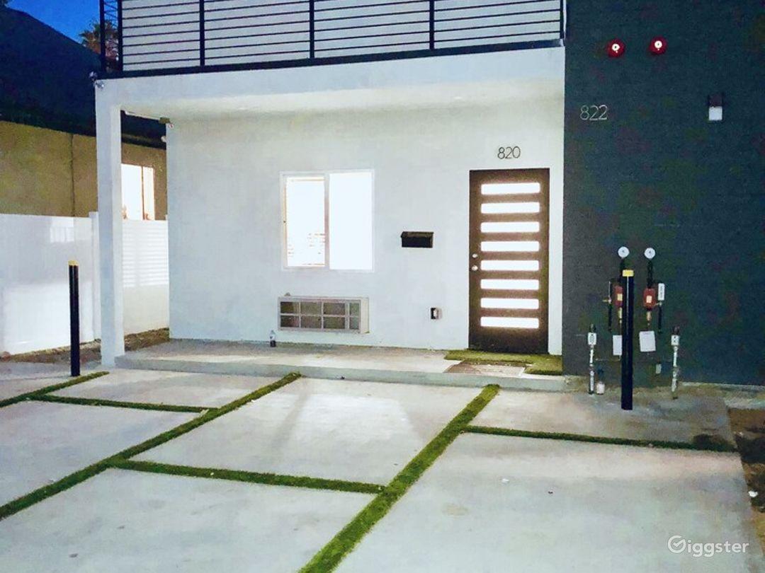 Contemporary House in LA Photo 1