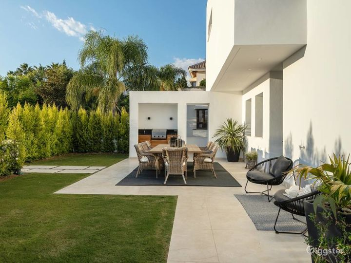 Celebrity Stunning Modern Villa in Studio City Photo 3