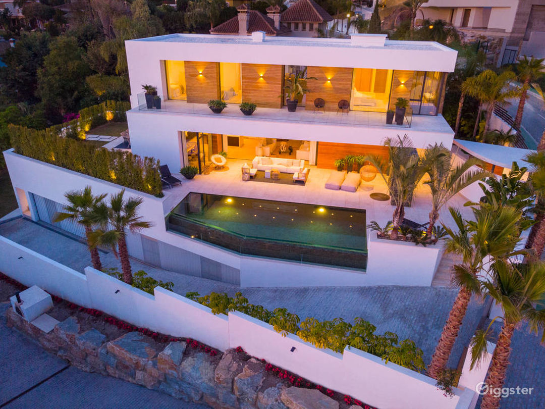 Celebrity Stunning Modern Villa in Studio City Photo 1