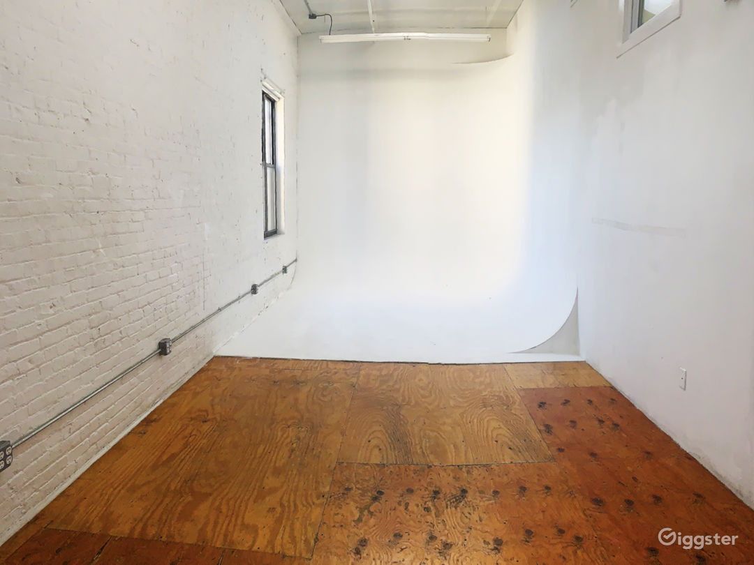 Photo Studio with Cyclorama Wall and Natural Light Photo 1