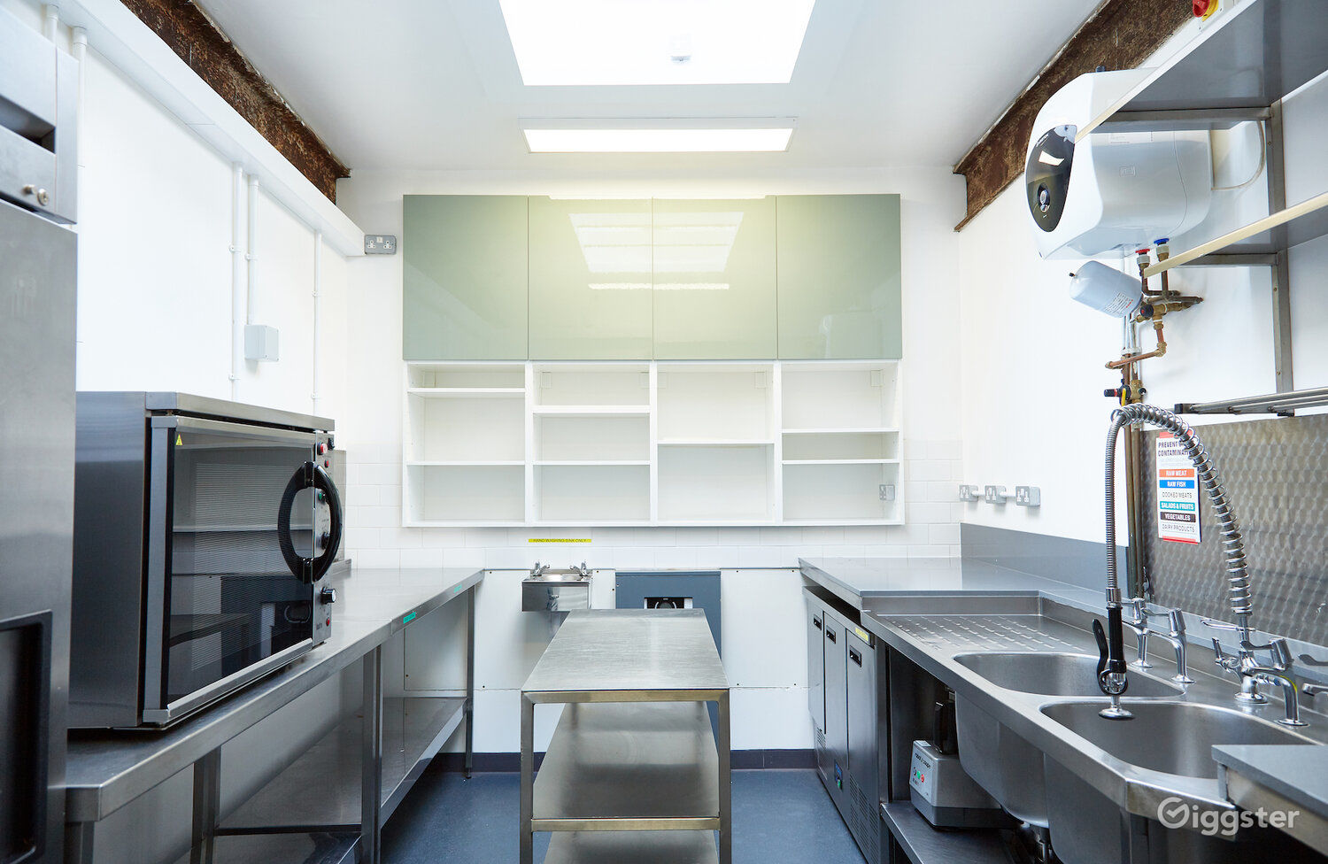 Professionally Equipped Kitchen in London Photo 1