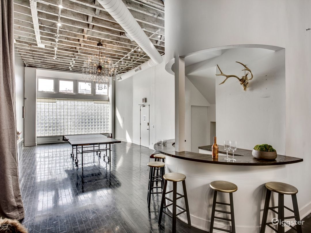 Loft in River West | Exposed brick- Natural light Photo 4