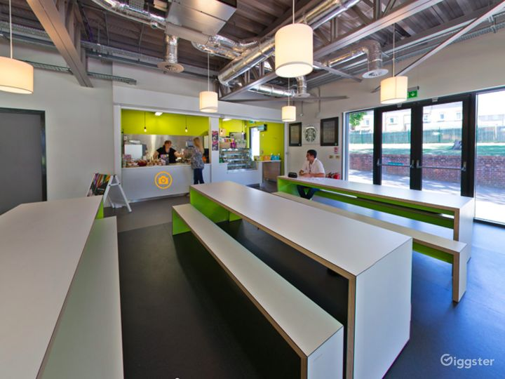 Spacious Social Learning Area in London Photo 5