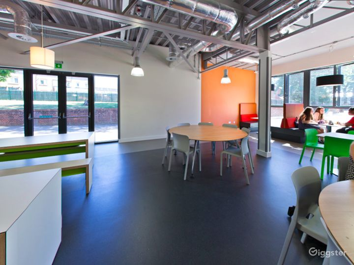 Spacious Social Learning Area in London Photo 4