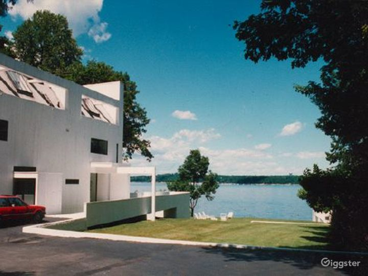 Modern/contemporary waterfront home: Location 2022 Photo 2