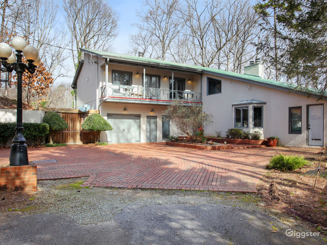 70's/80's Style Lakehouse - Clear Water and Wooded Photo 1