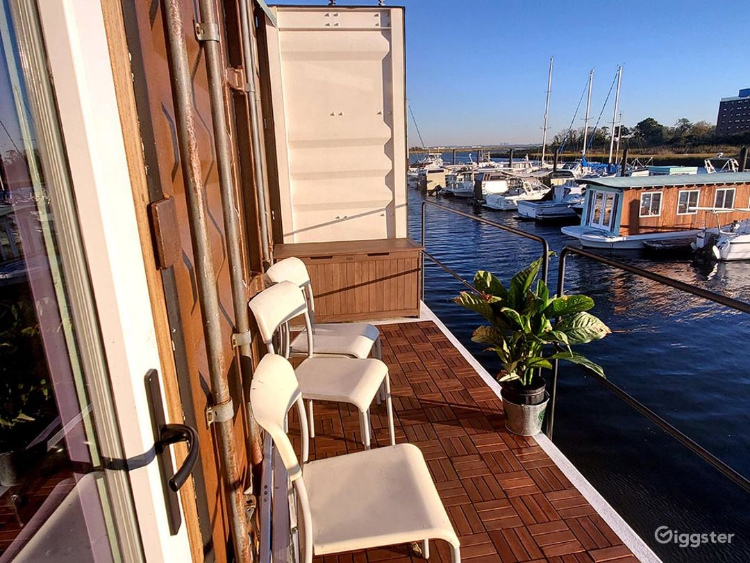 Stylish Houseboat Photo 4