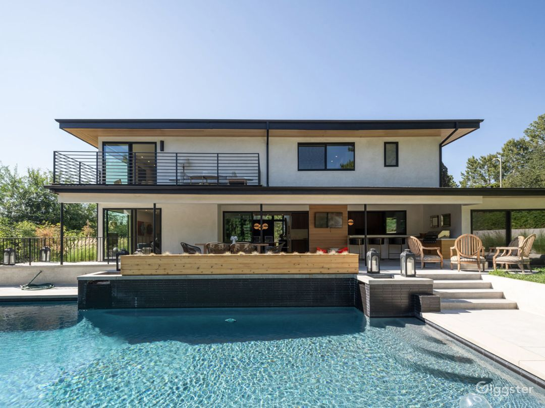 Modern 6 bedroom home with yard and pool  Photo 5
