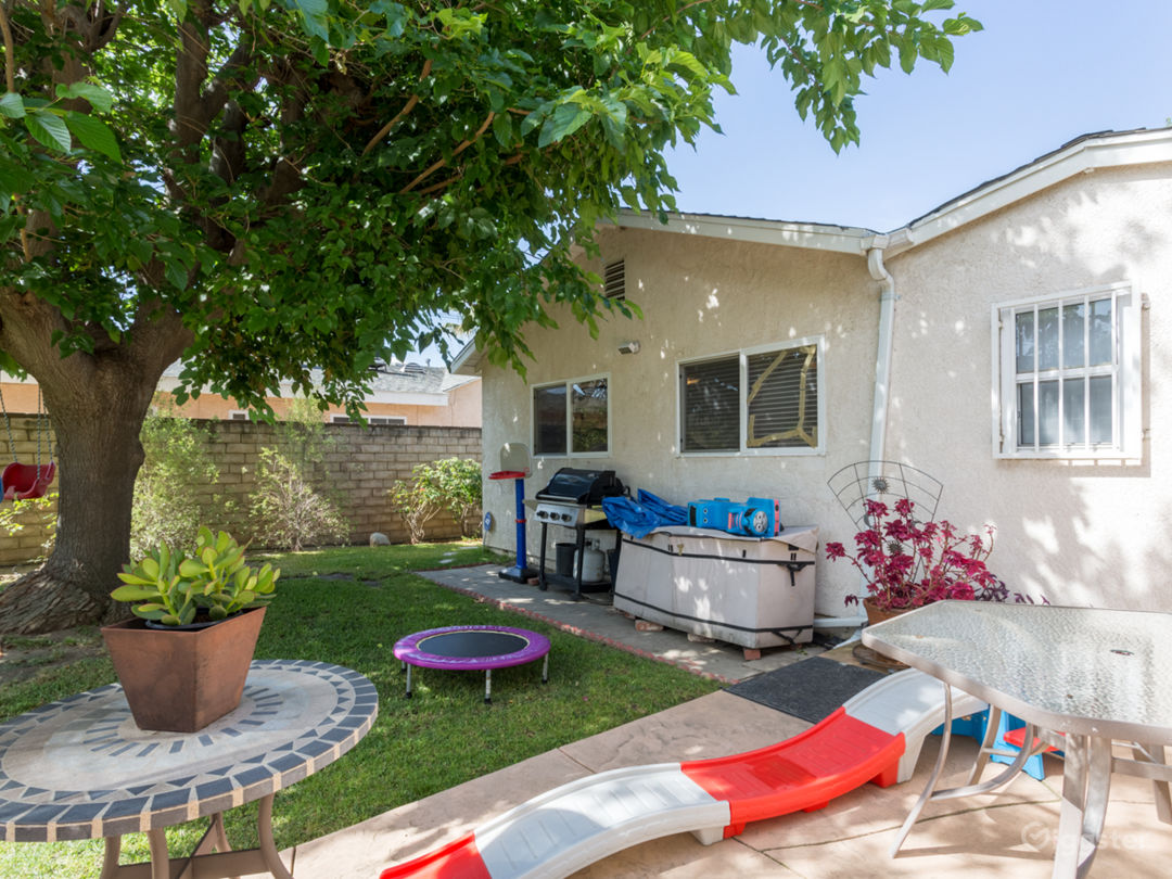 Cozy Ranch Style Home with Large Yard Photo 2