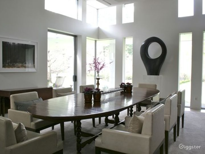 Large contemporary suburban home: Location 5026 Photo 4