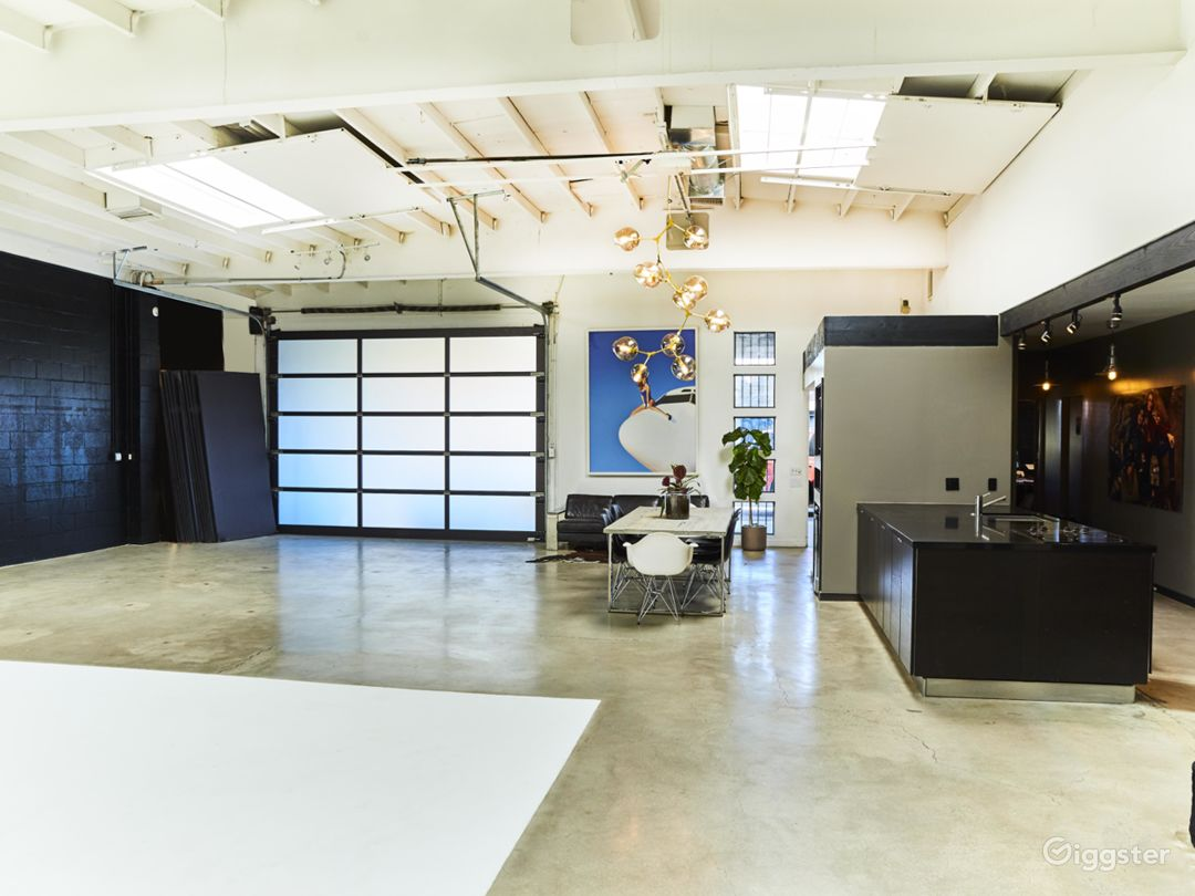 Perfectly Lit, Modern Studio with High Ceilings  Photo 3