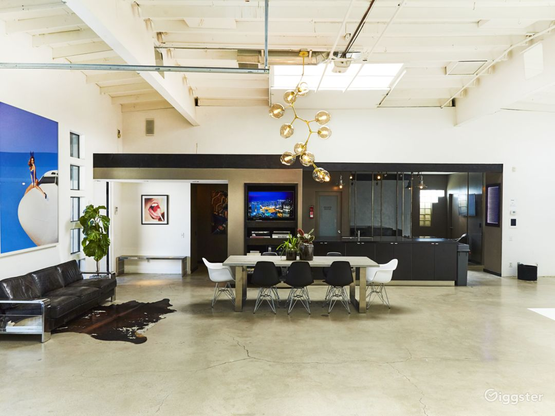 Perfectly Lit, Modern Studio with High Ceilings  Photo 2