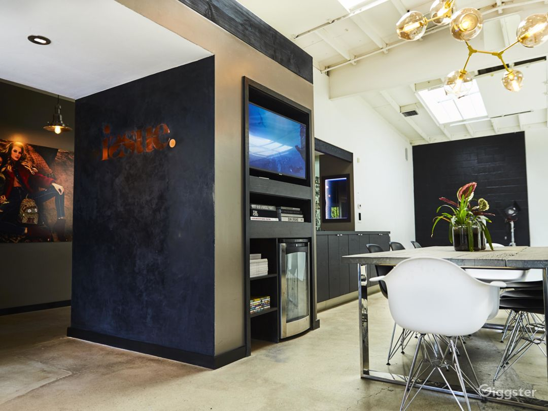 Perfectly Lit, Modern Studio with High Ceilings  Photo 5