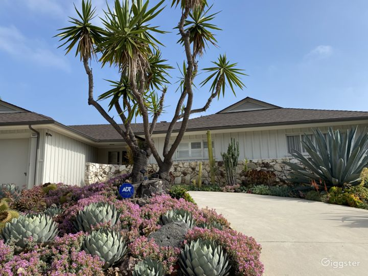 Mid Century Ranch Style Home w/ Amazing View of LA Photo 2