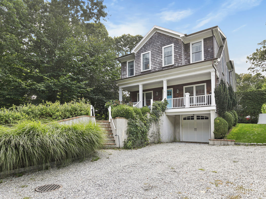 Classic and Cheery Hamptons Beach House Photo 1