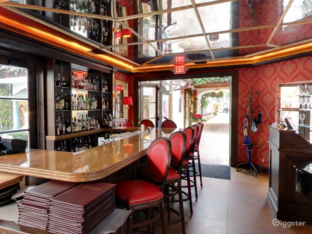 Fancy Dining Space with Bar in Palm Beach Photo 1