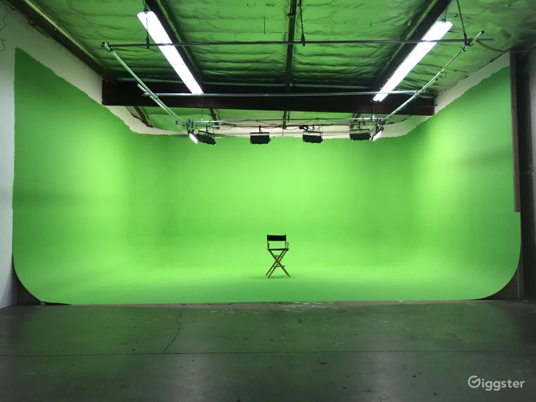 82' 3-wall Pre-lit Green Screen Cyc Studio Photo 1