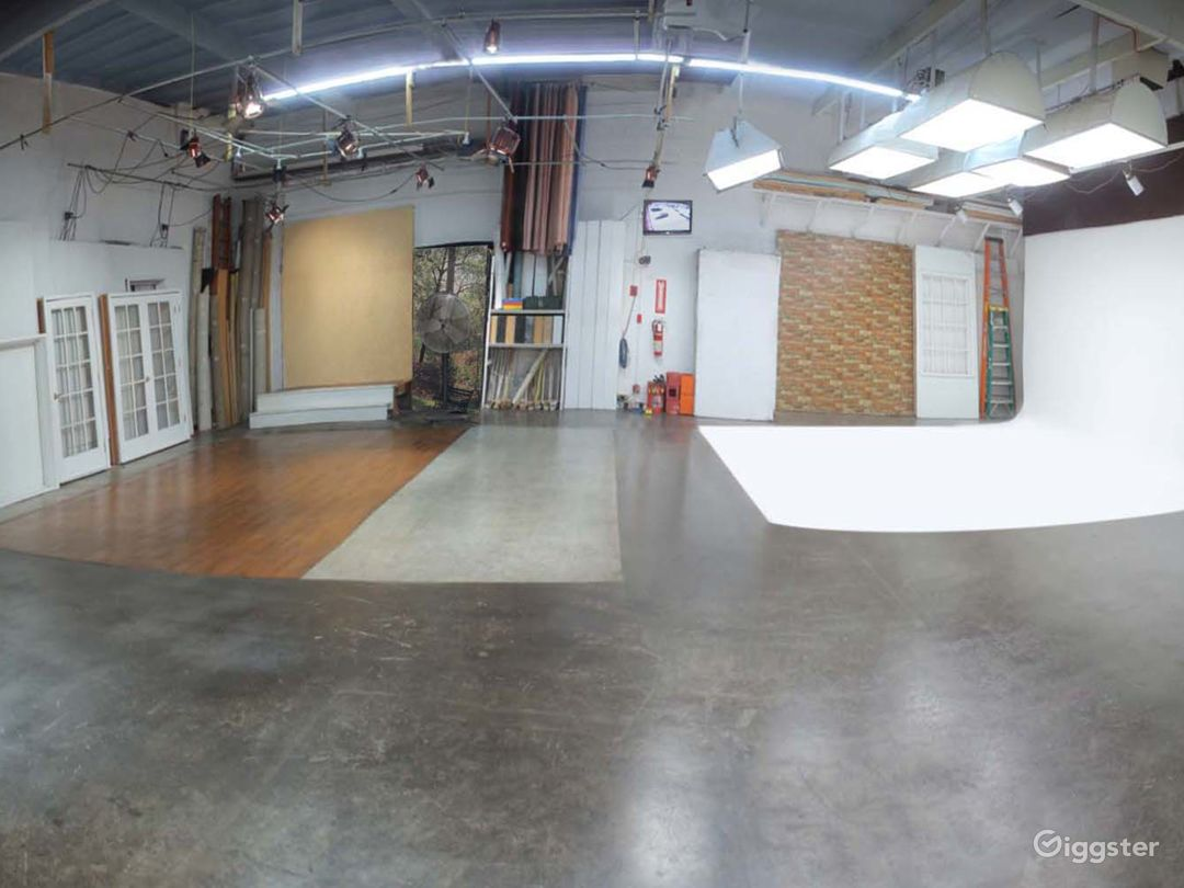 South L A PhotoStudio with Cyclorama & Equipment Photo 2