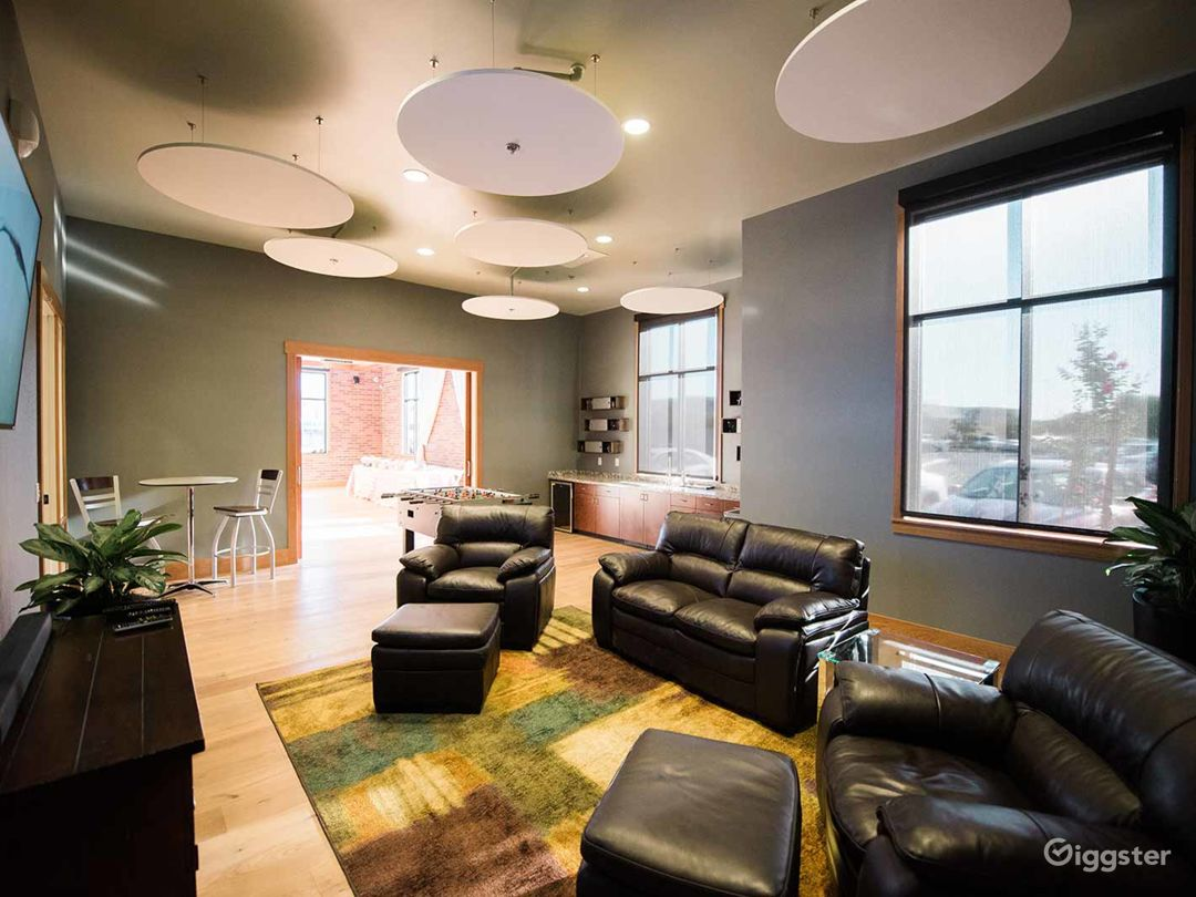 Cozy and Comfortable Game Room in Fresno  Photo 1