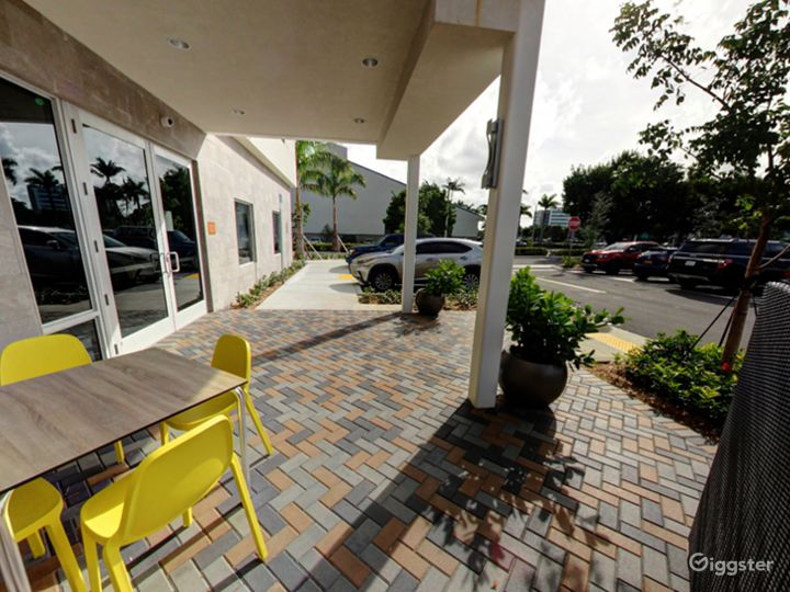 Beautiful Outside Dining in Doral Photo 4