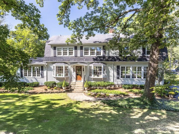 Vintage Dutch Colonial drenched in sunlight Photo 3