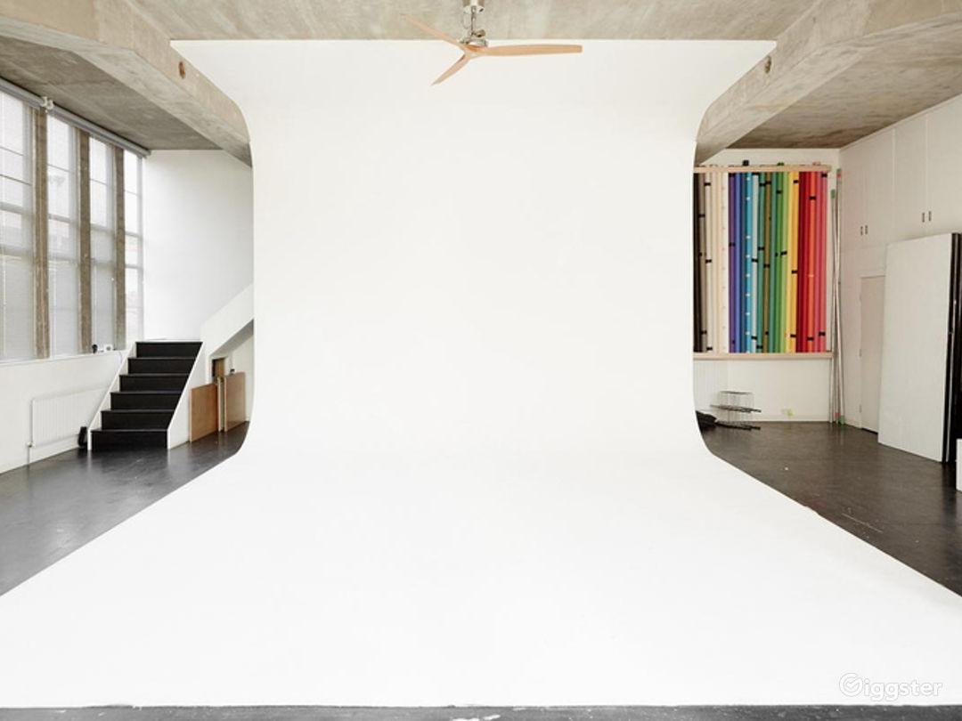 Gorgeous Naturally Lit Studio in London Photo 1