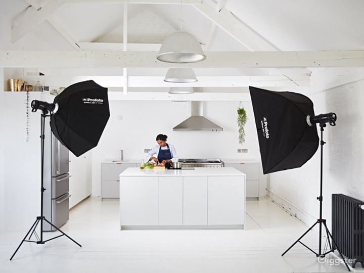 Fully equipped Smeg kitchen in Forest Hill Photo 3