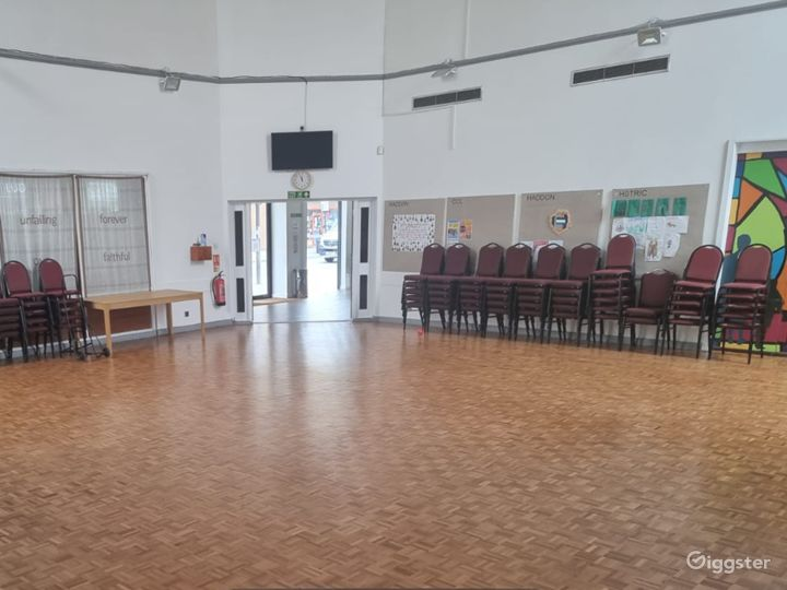 Delightful and Spacious Main Hall in London Photo 3