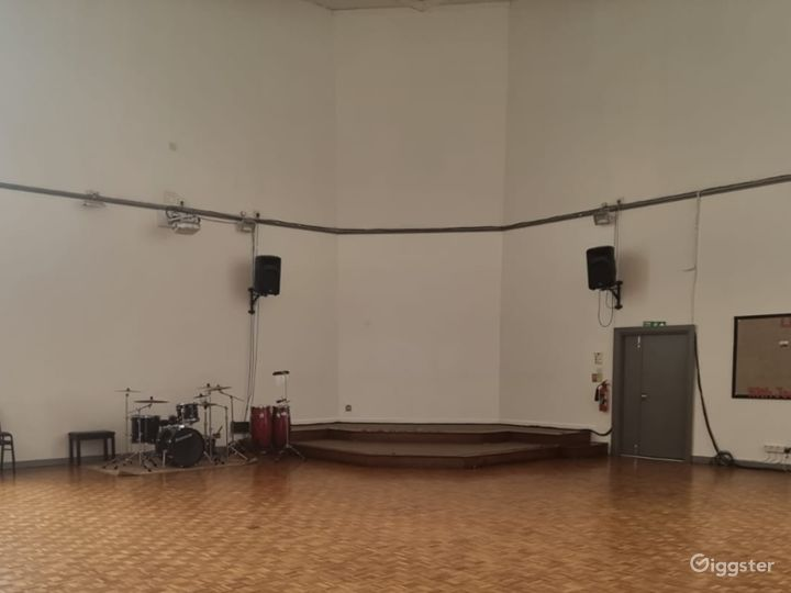 Delightful and Spacious Main Hall in London Photo 4